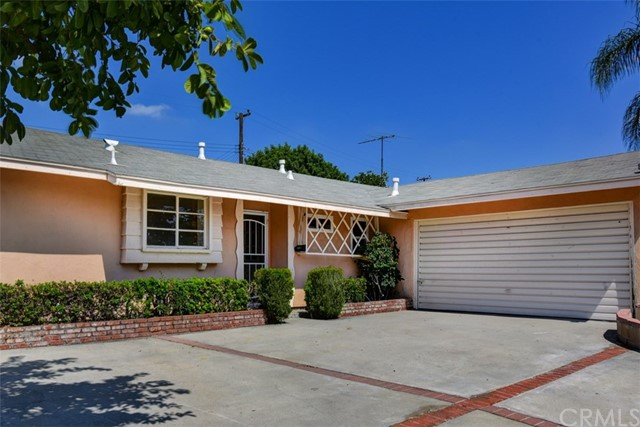 This amazing La Mirada home is located in a beautiful neighborhood! It has 3 bedrooms, 1 1/2 bathroo