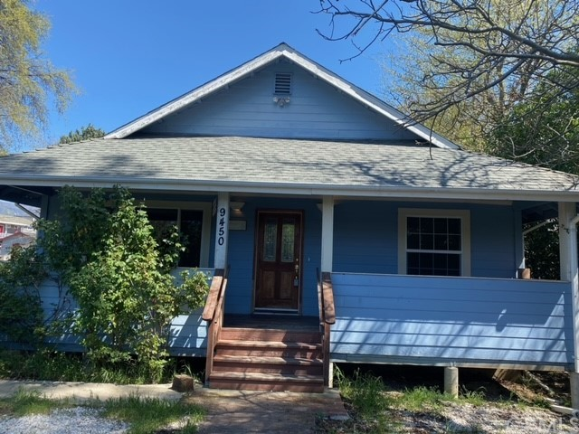 Don't let this one slip by! 3 large bedrooms, 2.5 bathrooms open kitchen to dinning area with 2 large living room areas; fenced backyard. Only a block from Hwy 20 to shed some time off of your commute.