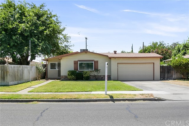 Come take a look at this cute well-maintained home in the Woods Park neighborhood in Atwater. This o