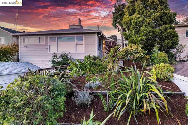 Situated perfectly to take in the stunning views of the Bay, the Golden Gate Bridge and SF, this swe