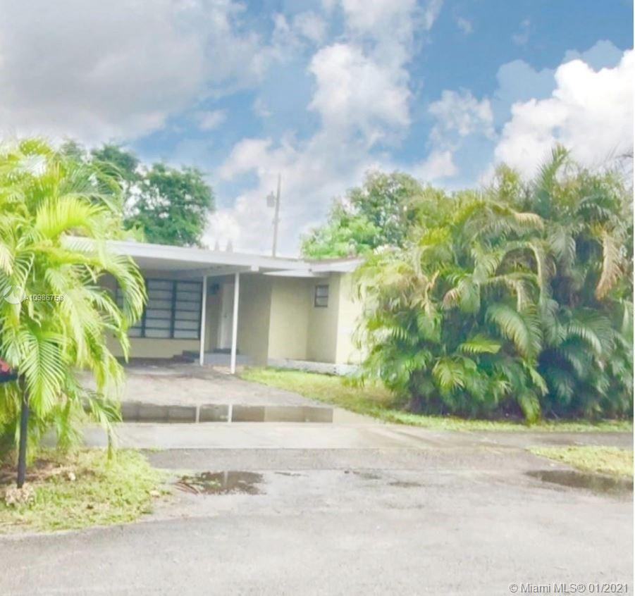 Beautiful estate home in prime location in a truly quiet neighborhood, with large spaces that help d