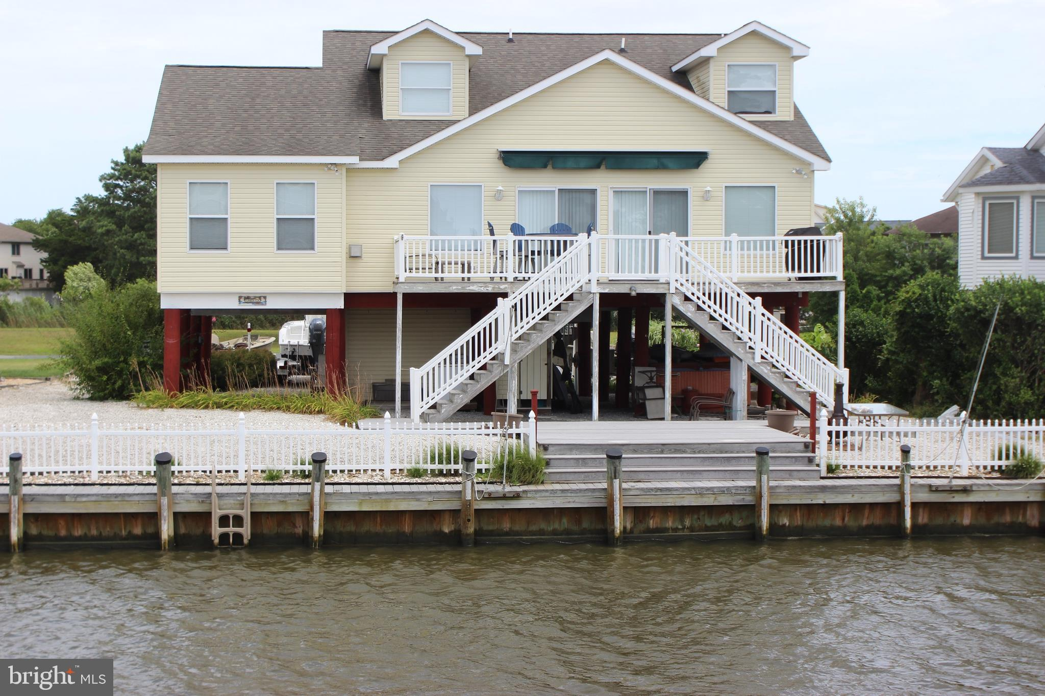 3/1427 Just pack your bags and relax! Located on an oversized canal lot in Captains Cove w/approx 75