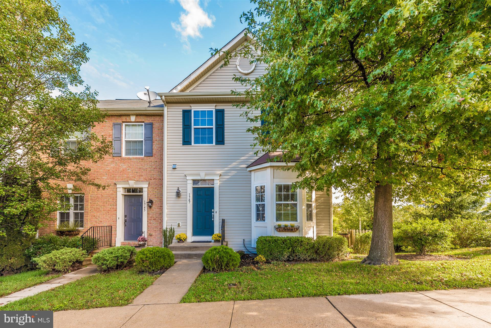 Welcome to this Immaculate, Turn-Key End Unit Townhome in Twin Arch Crossing backing to Common Area