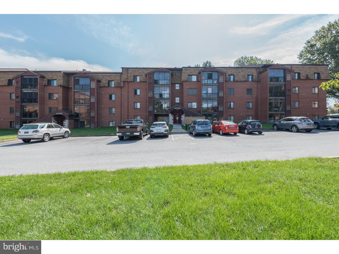 Easy carefree living in this two bedroom, two full bath 4th floor condo in the quiet Linden Knoll.