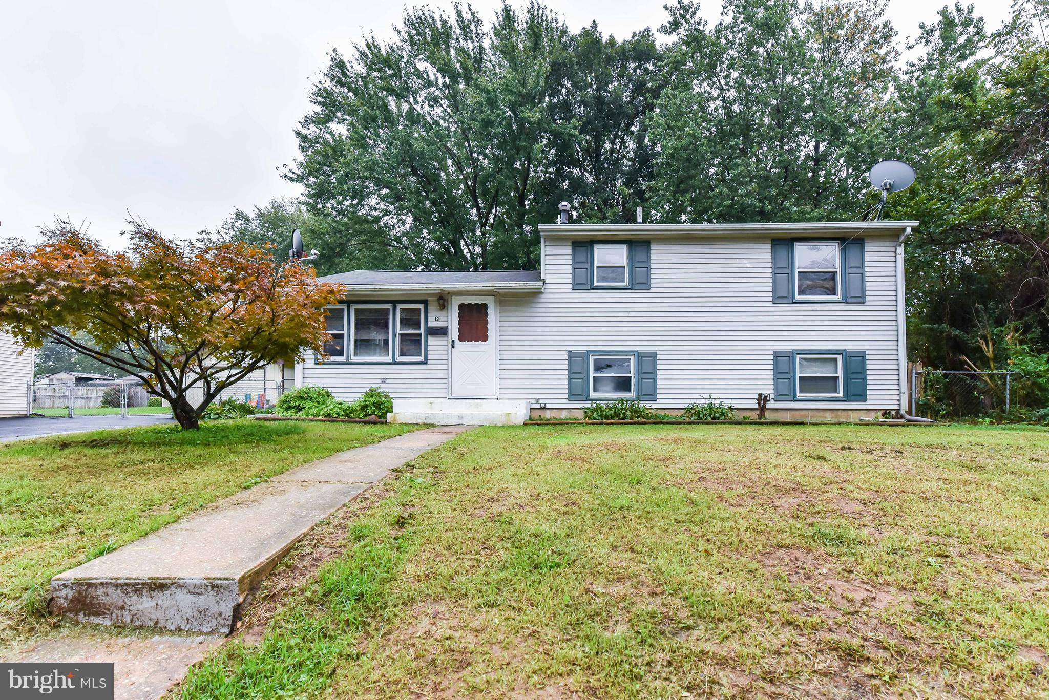 Move in ready home conveniently located minutes from Newark and I-95. Kitchen opens to family room w