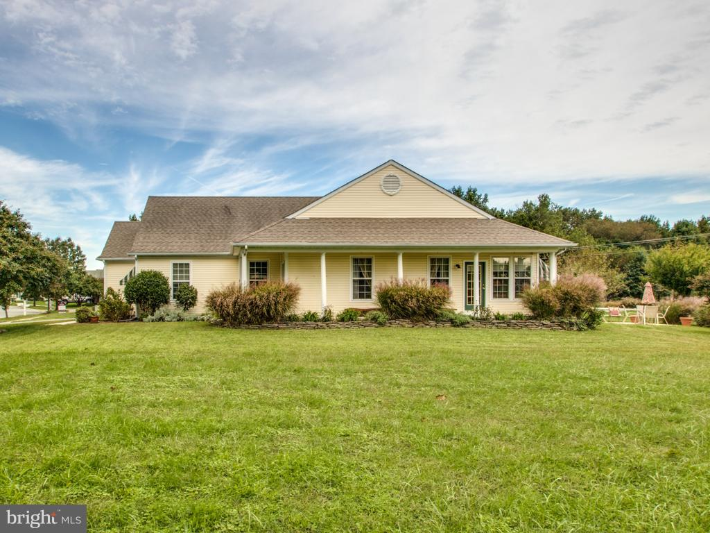 Can a home ~just feel good~? The answer is YES when it comes to this ranch style home with a full un