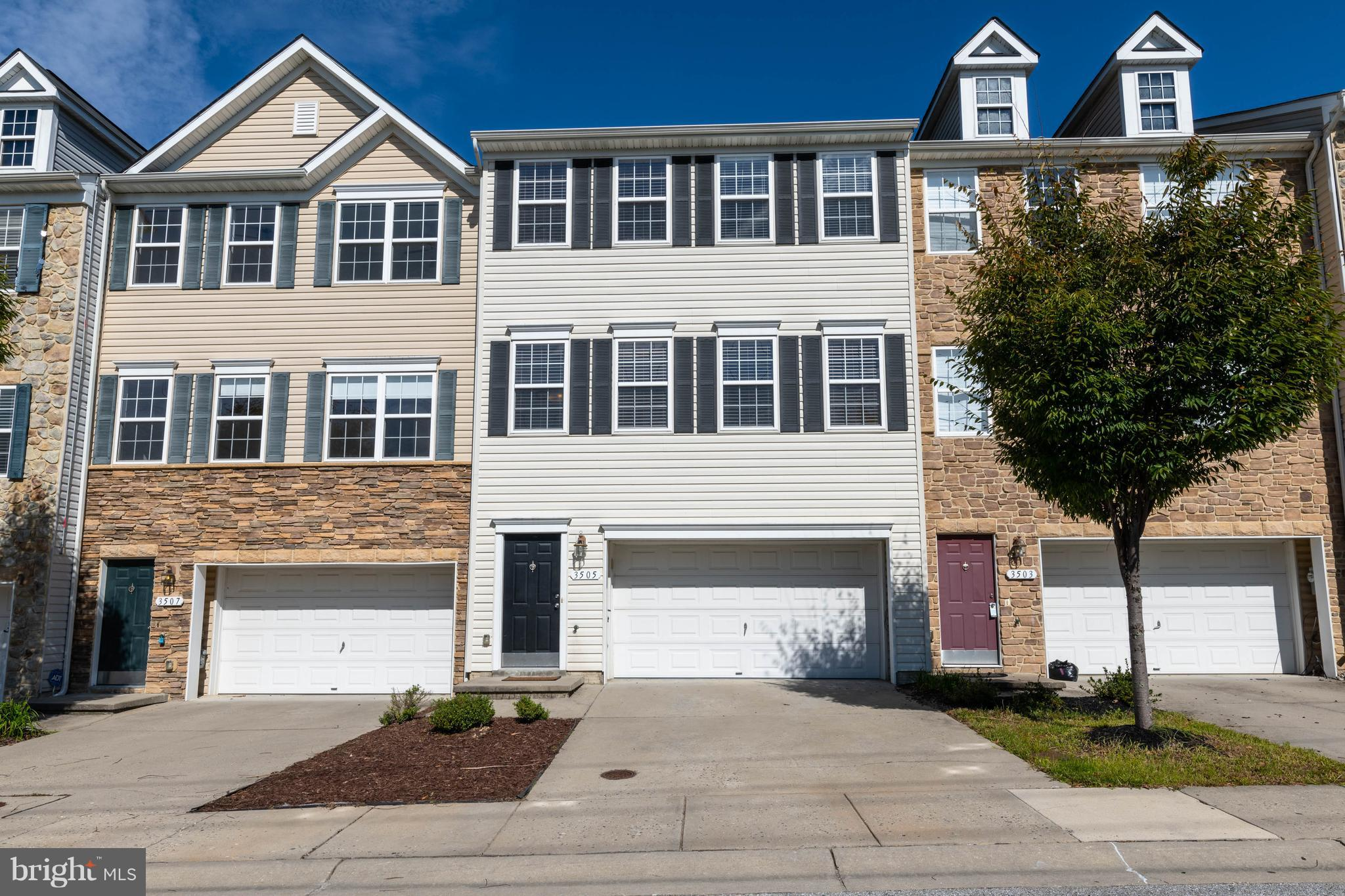 HURRY TO SEE THIS PERFECT, MOVE-IN READY HOME. FRESH PAINT+RECENT CARPET! MODERN EAT-IN KIT w/GRANIT
