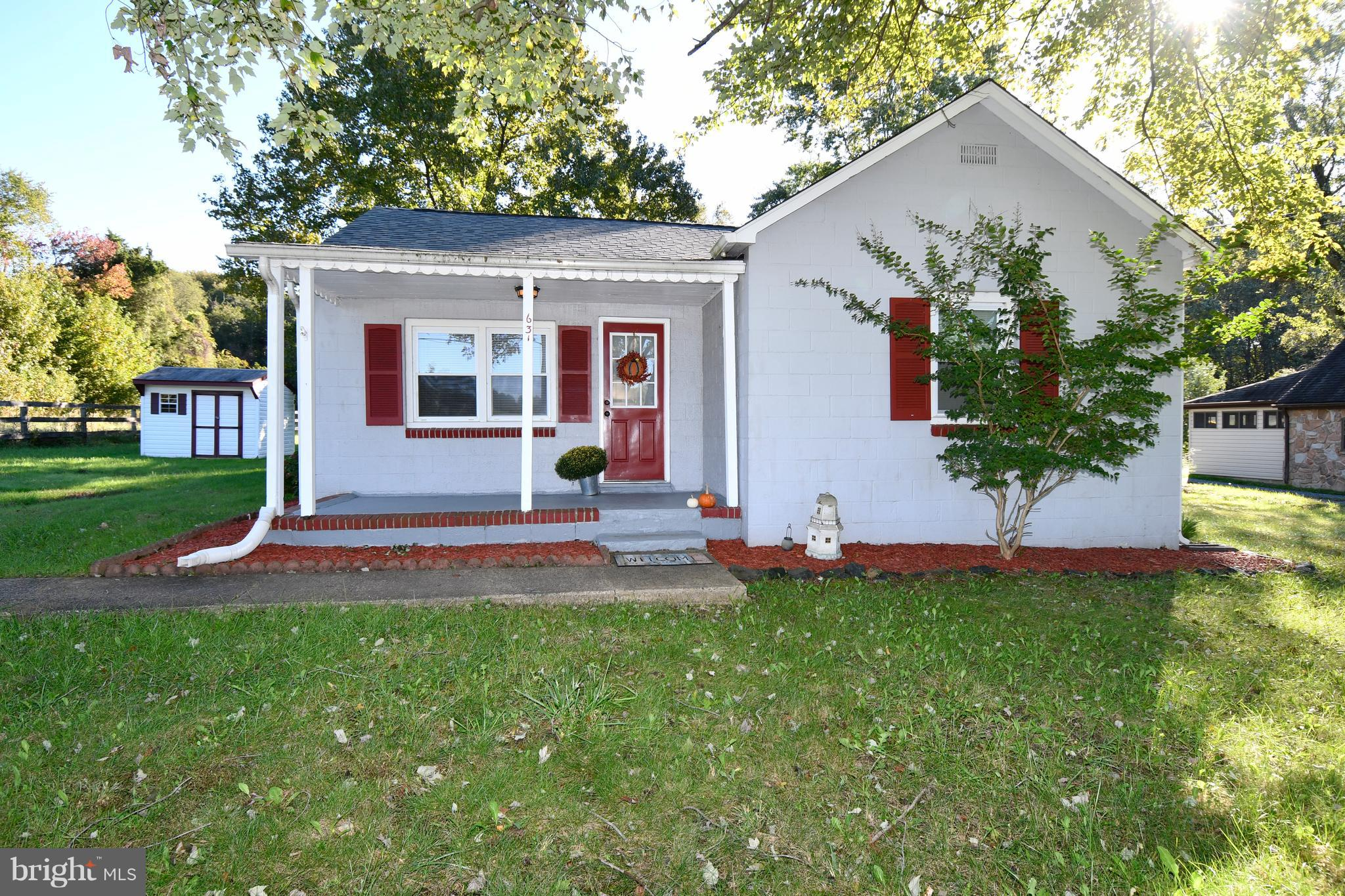 SINGLE FAMILY HOME RANCHER BUILT IN 1955 SITTING ON  0.99 ACRE WITH A COMFORTABLE 933 SQ. FEET OF LI
