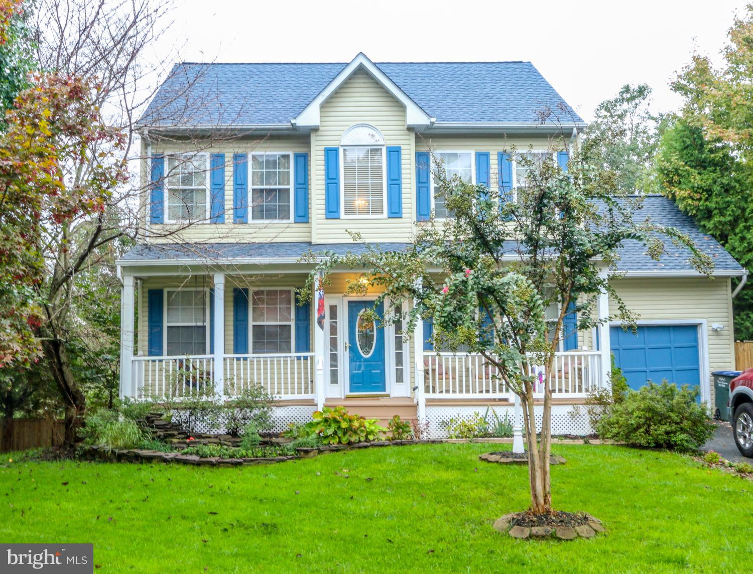 Beautiful vibrant 4 br home in Stonebridge at Widewater. Crown molding, Wainscoting, Chair Rail,Hard