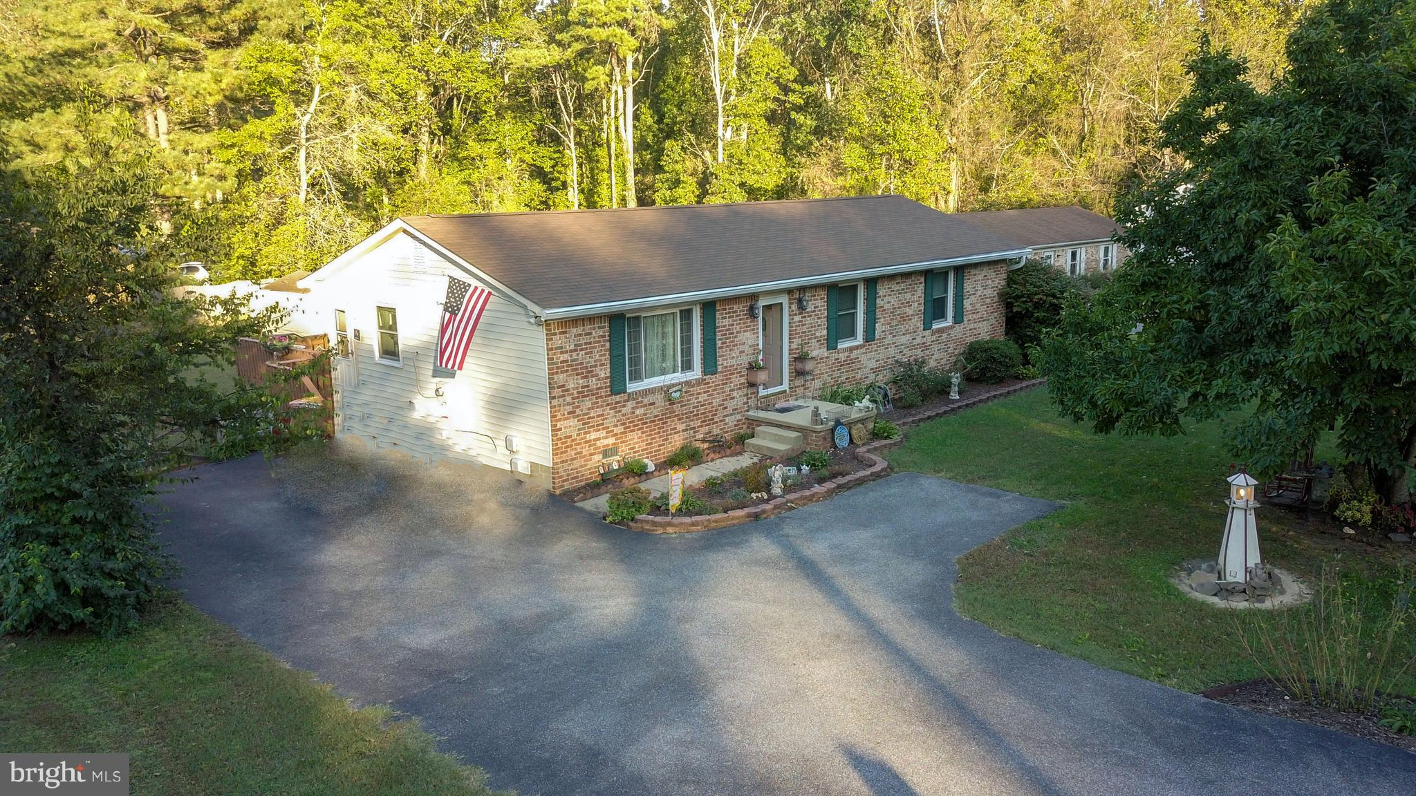 Beautiful 3 bed, 1 bath rambler with completely fenced -in backyard located in Golden Beach/Patuxent