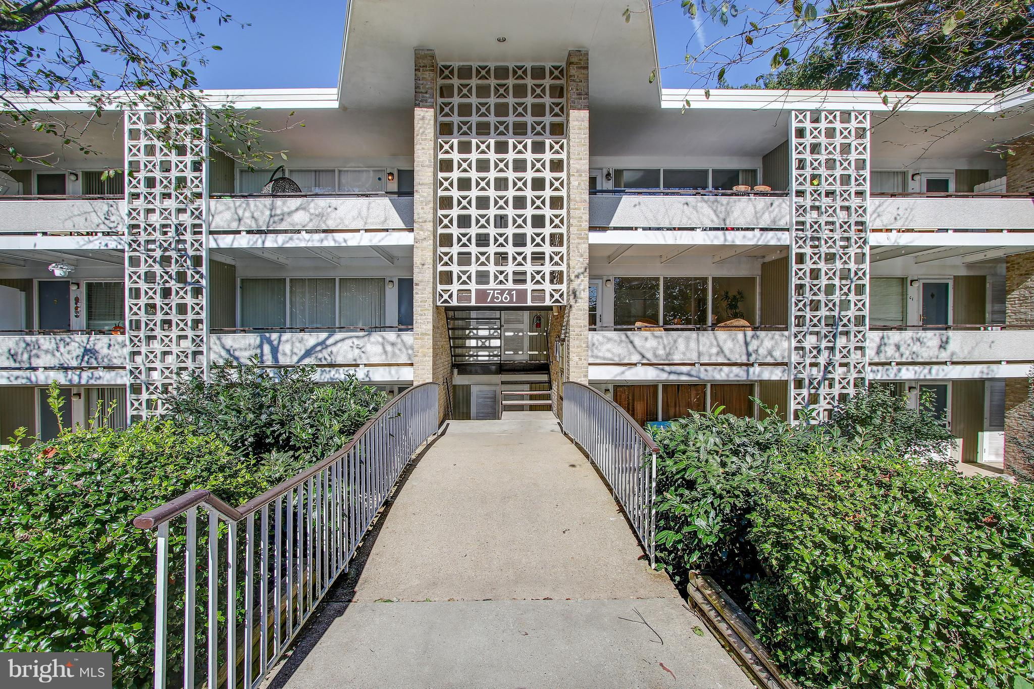 Beautifully Renovated, Open Floor Plan 2 bed/1 bath flooded w/ light from front to rear window/balco