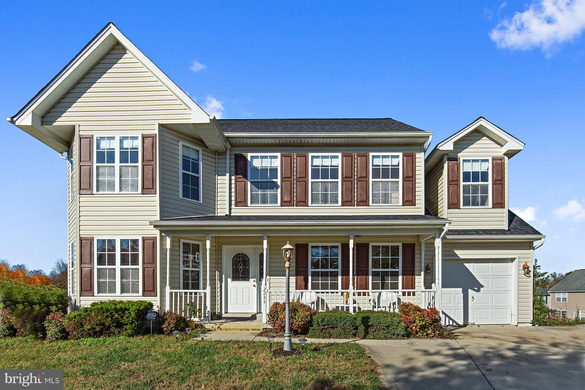 This 4 bedroom, 3.5 bath colonial offers comfortable living, with easy flow between the Living Room/
