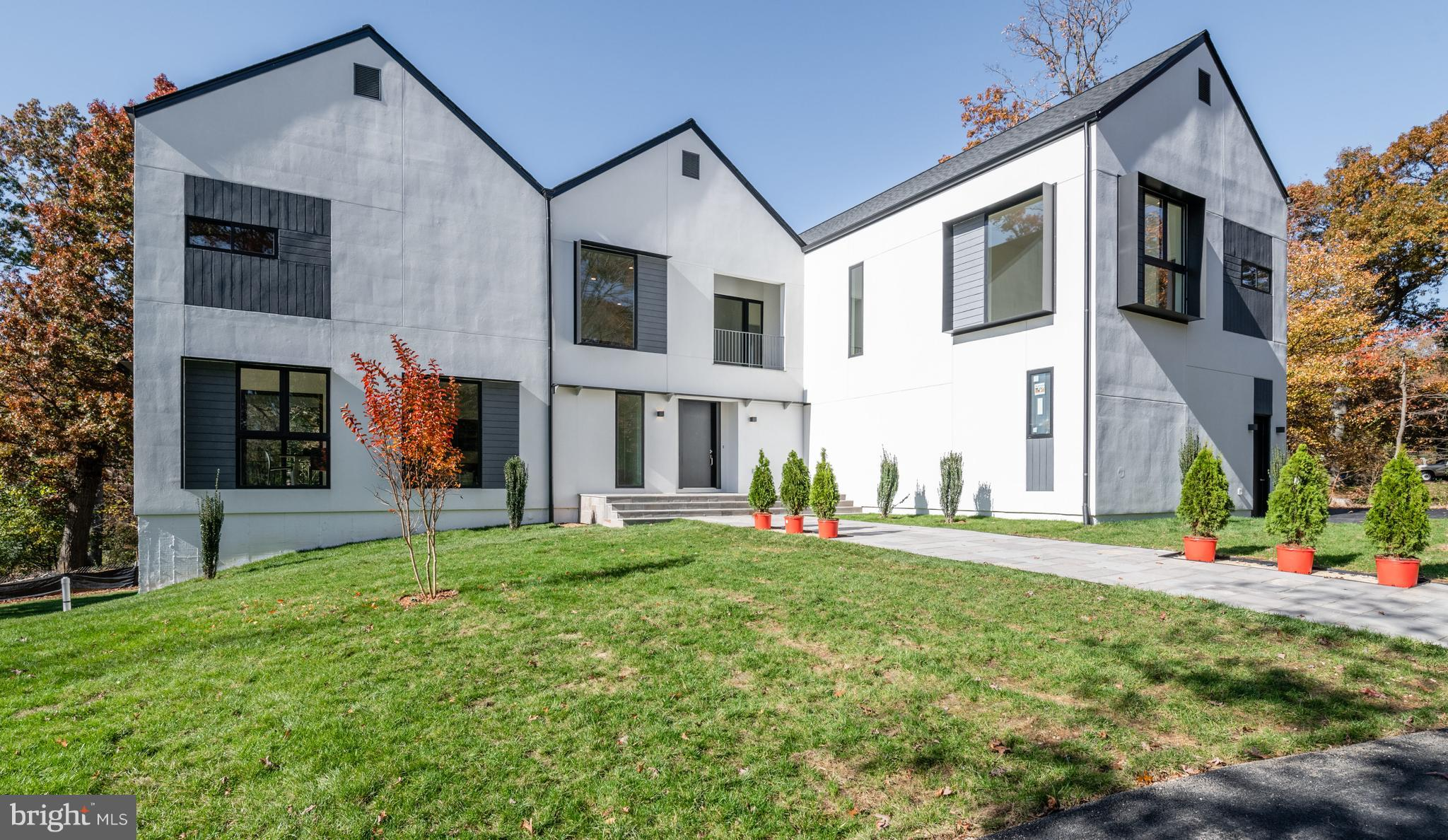 We are thrilled to announce this brand-new modern home in Fairfax, VA designed by Gubo Architects, o