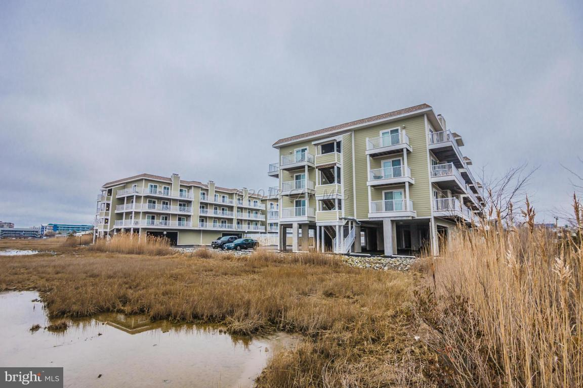 This Bayside condominium is conveniently located just 2 blocks to the beach and walking distance or