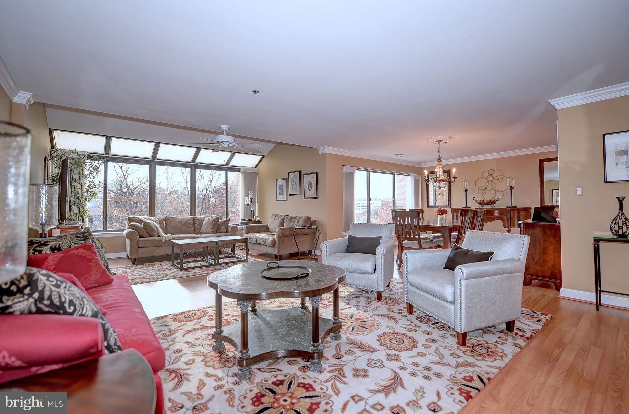 Beautiful 2 bedroom PENTHOUSE in sought after Towsongate! This is an absolute stunner!  Bright, airy