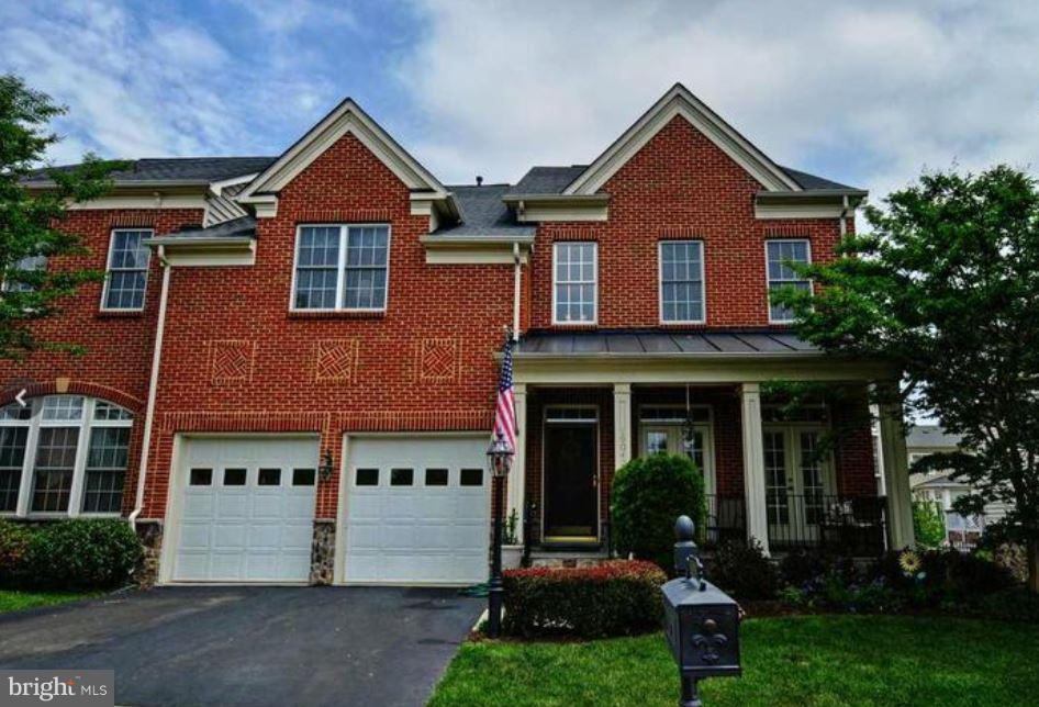 Beautiful move in ready 4 bedroom and 4.5 bath townhome in Lansdowne on the Potomac. Open floor plan