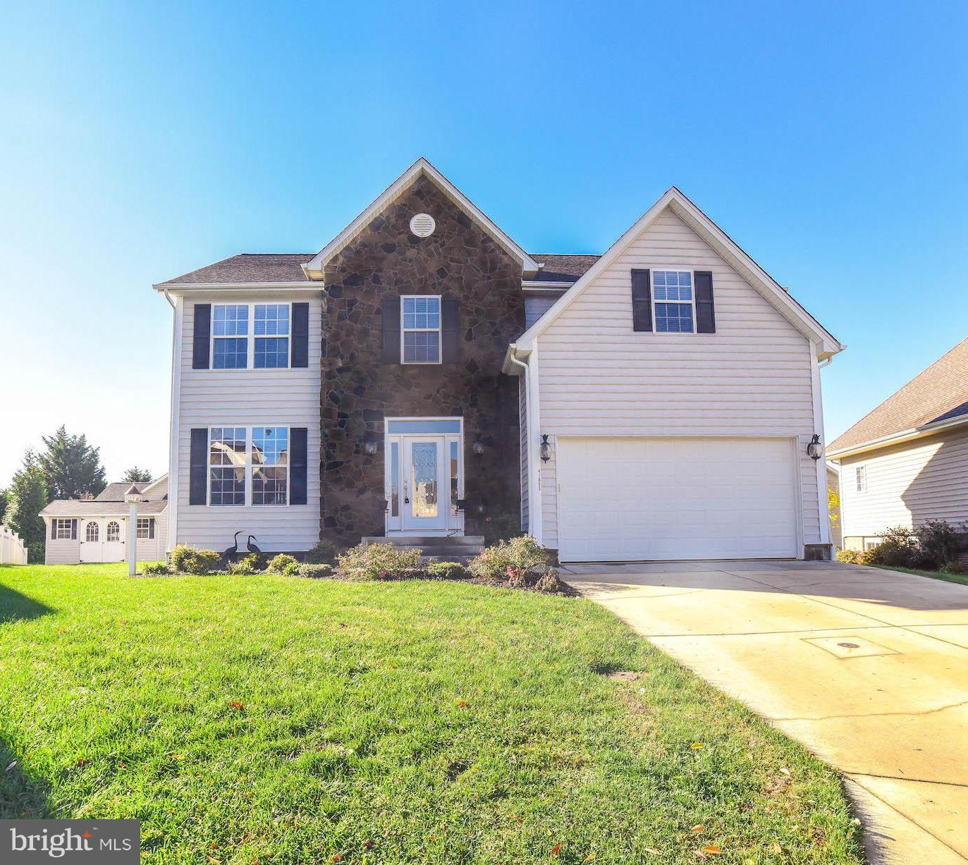 Beautifully maintained colonial in culdesac.  This home has been painstakingly cared for!! Glimmerin