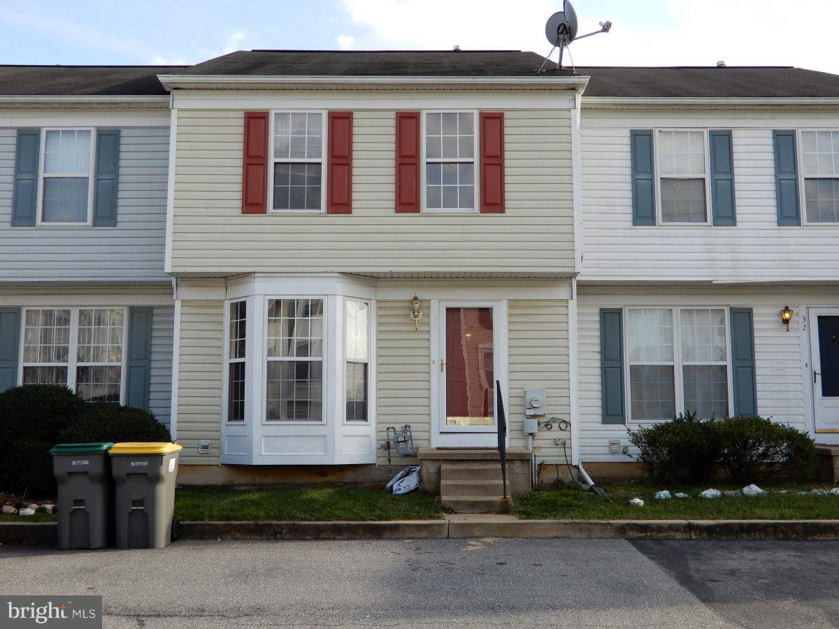 3 bedrooms, 2.5 bath fenced yard, located in Newark. This home offers THREE full floors of living sp