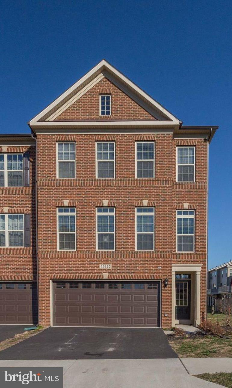 Almost New!!! Move in ready townhome in the amenity rich community of South Market / Villages of Pie