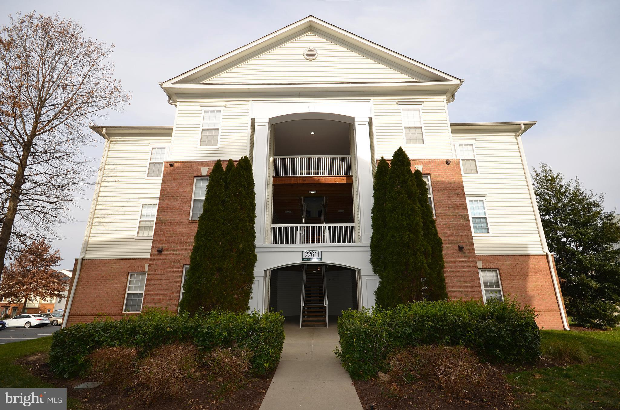 Rarely available 2 bedroom/2 bath main level condo located in sought after Summerfield at Brambleton
