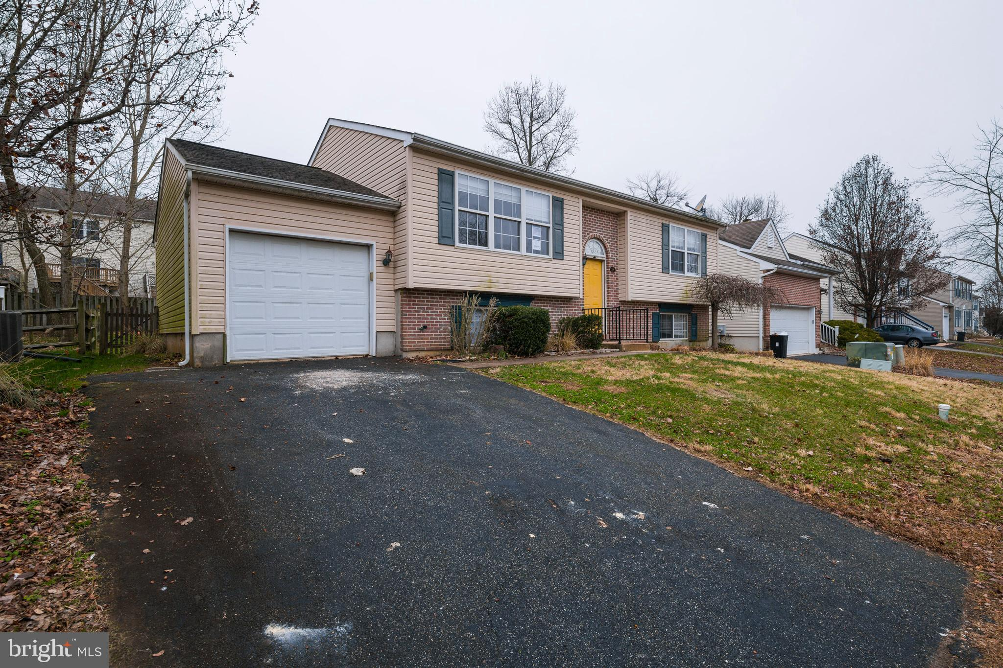 Located in the Village of Elk Ridge neighborhood, this split level home was built in 2000 and offers