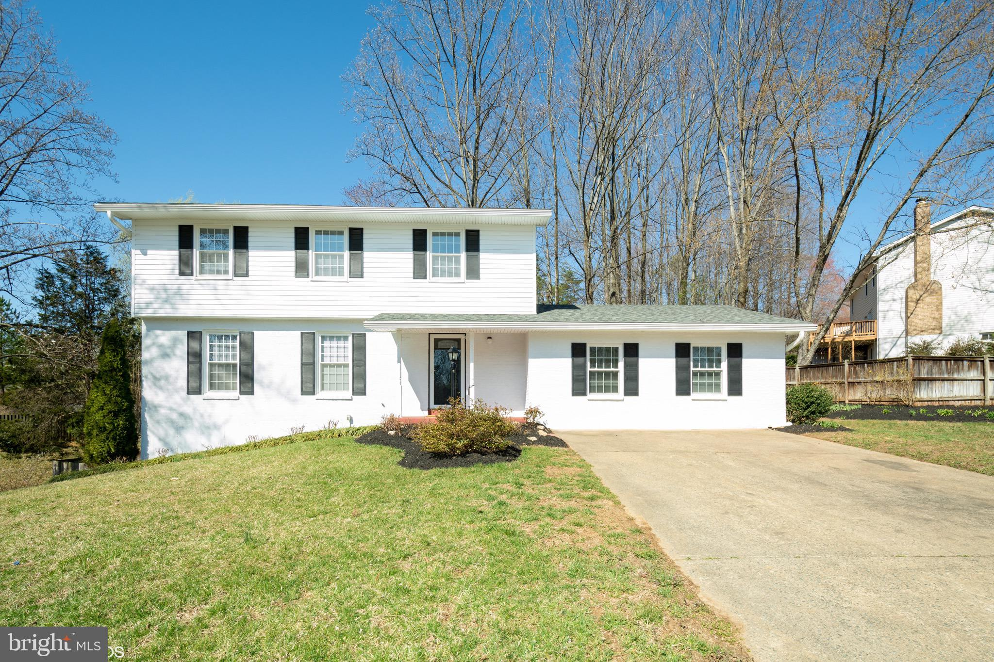 Welcome Home!! Look no further, your home search is over! This Neabsco Hills home has 5 bedrooms, 3