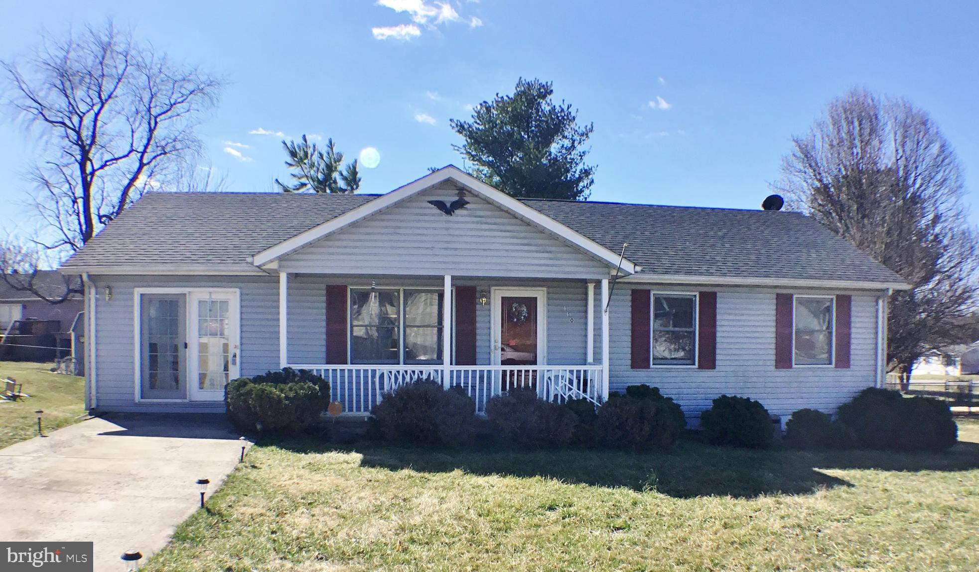 Well Kept 3 Bedroom, 1 Bath Ranch home in Patrick Henry Estates. Filled with lots of character.  Fam