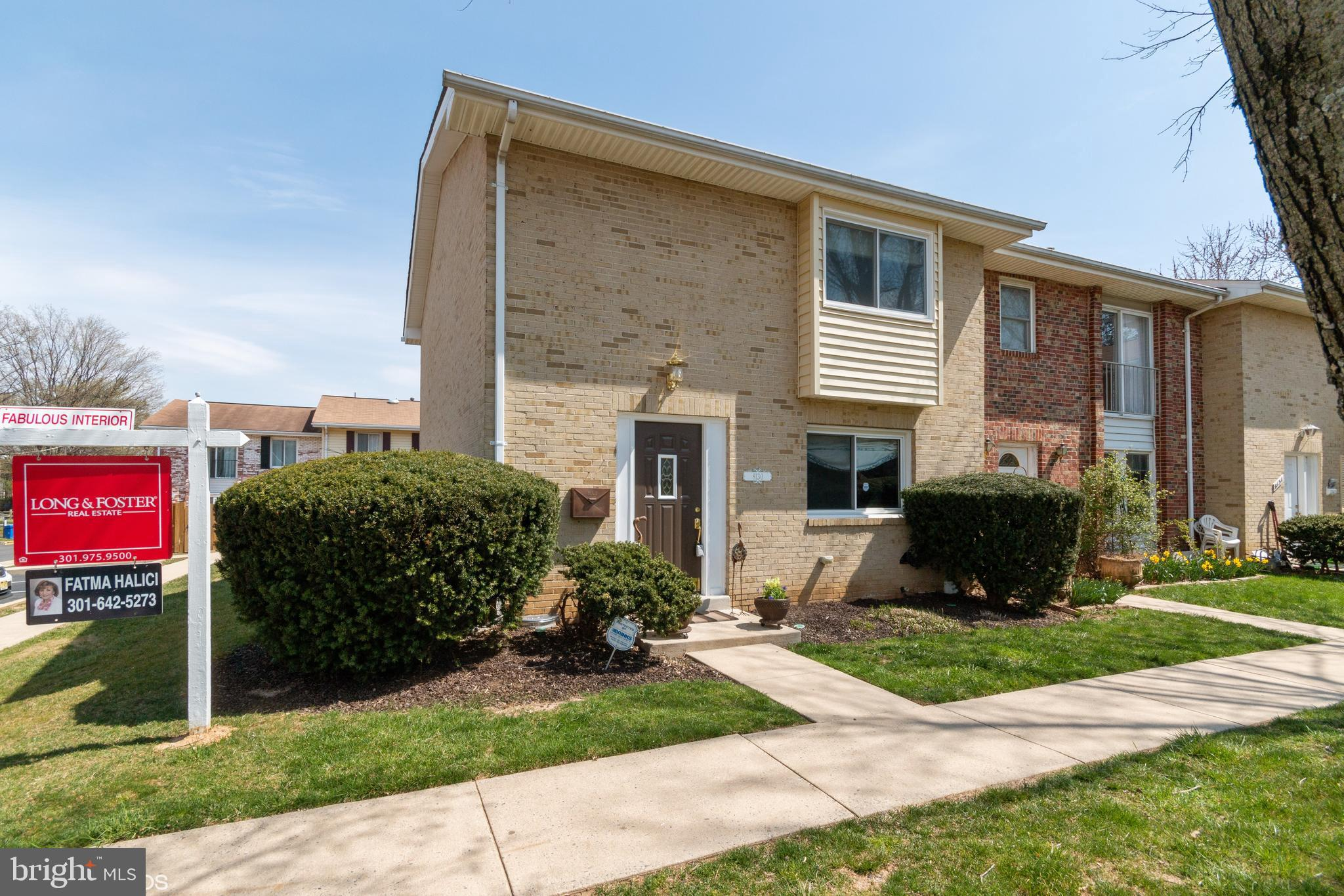 End unit town home futures 3 bedrooms, 2full, 2 half baths. Large table space kirchen, updated/remod