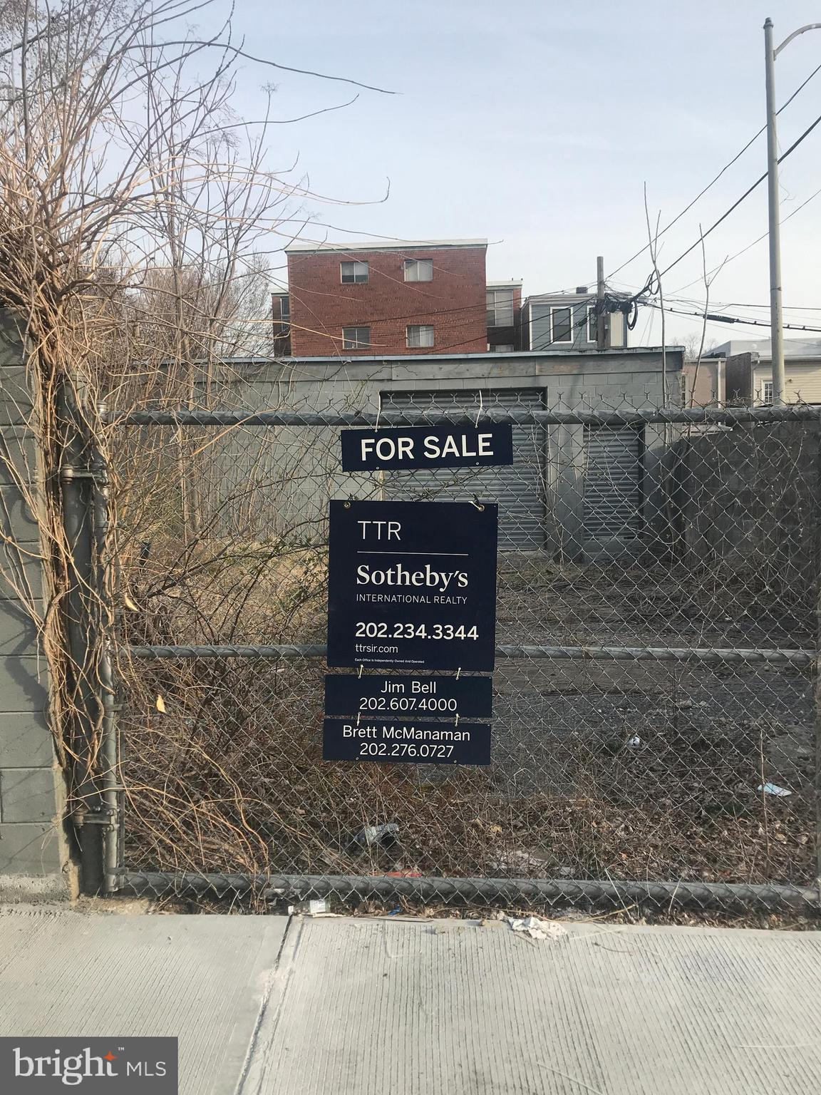 Located within the hot neighborhood of Eckington sits this blank canvas in a bright sunny ally off o