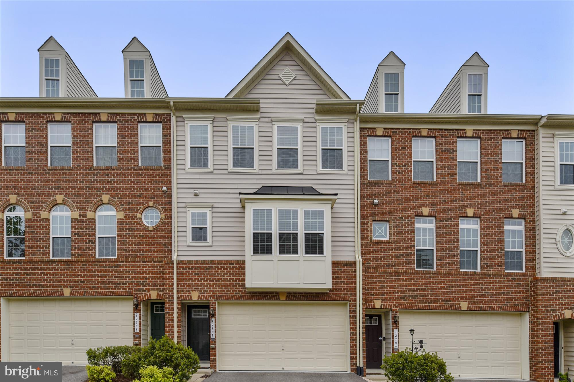 Beautiful 3 level townhouse in Lake Ridge boasting of natural light throughout.  The main level show