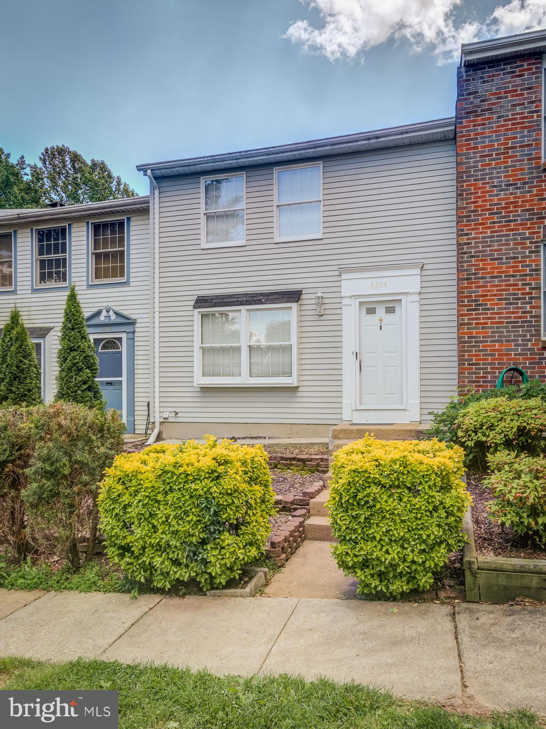 Completely remodeled on 2015! Hardwood floors, carpet. Kitchen w/stainless appliances, granite count