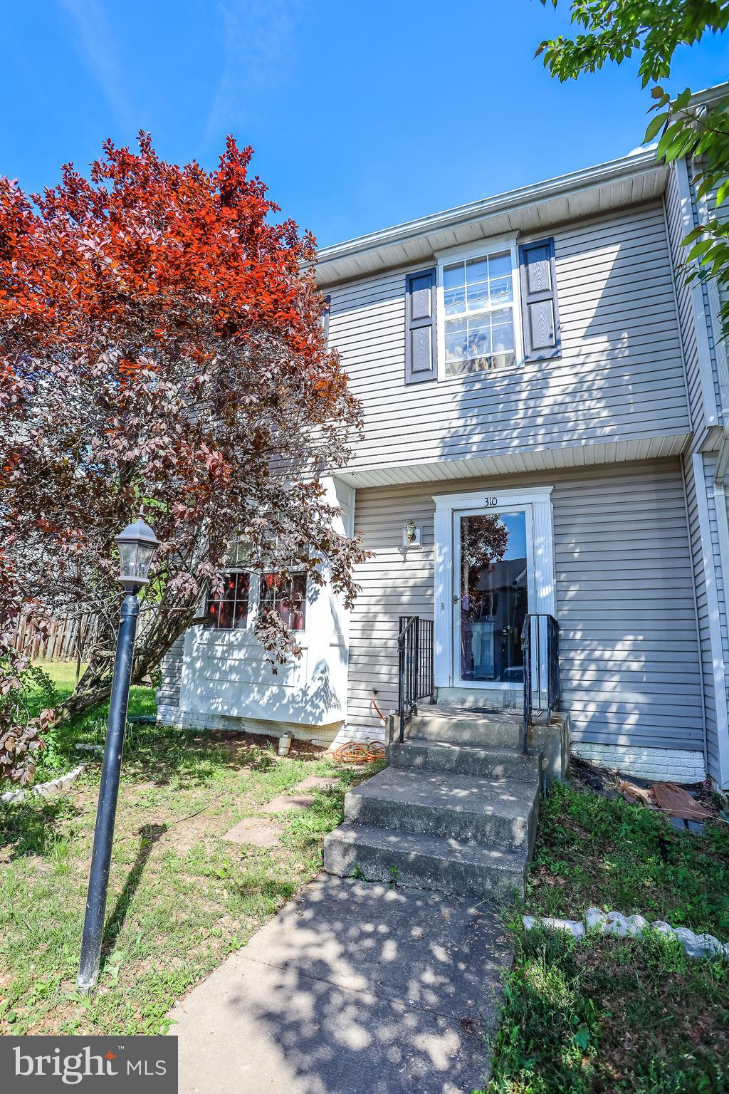 End unit townhome in Potomac Hills. Charming home that could use some work to really shine, and is p