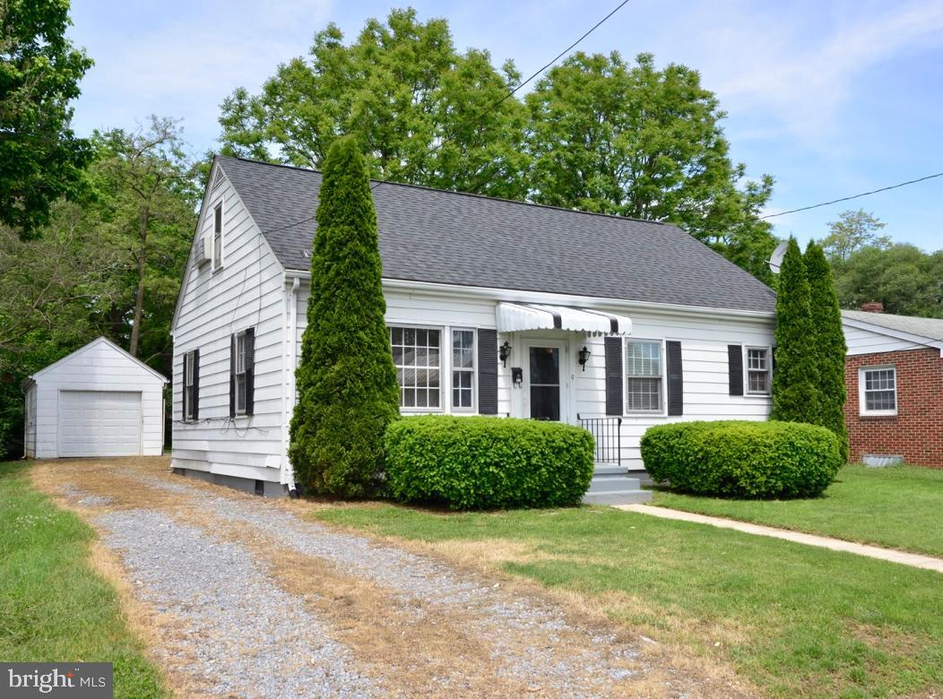 Charming cape cod in quaint downtown Berryville.  2Br 1.5 Baths. High ceilings laminate hardwood flo