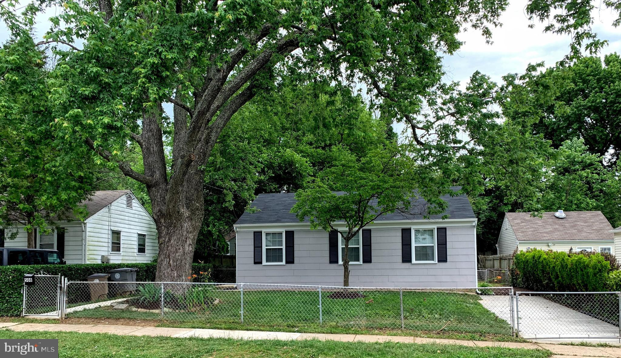 RENOVATED 3BR, 1BTH SINGLE FAMILY HOME IN THE HEART OF ROCKVILLE. WALK TO THE ROCKVILLE METRO AND TO