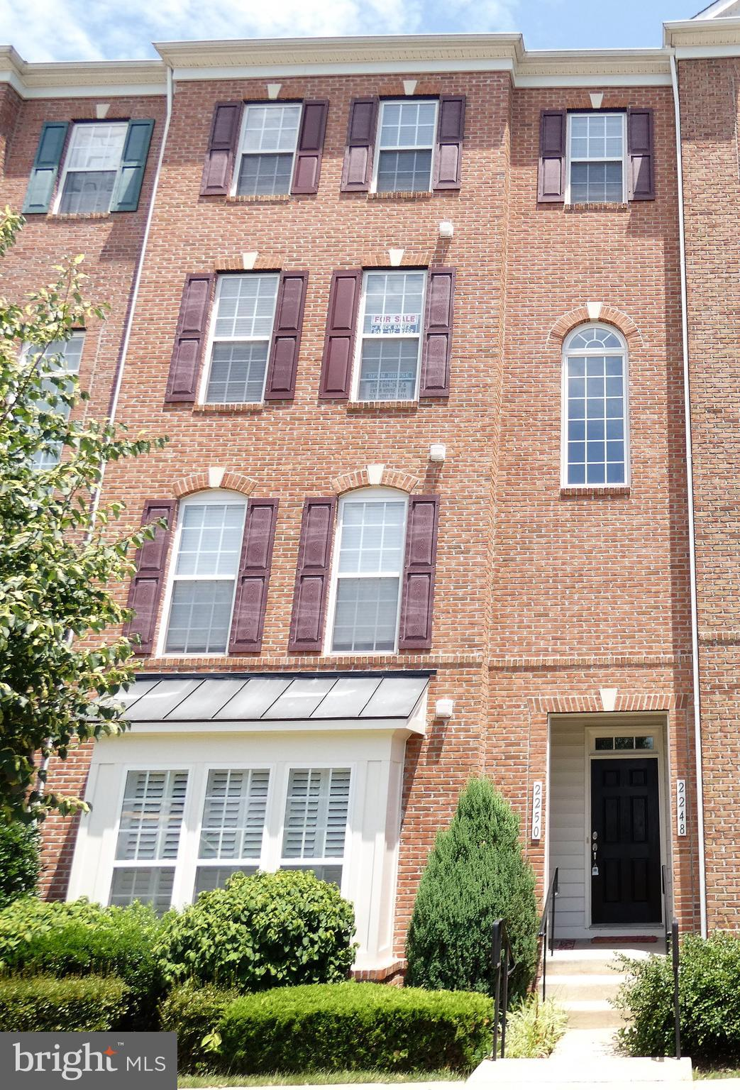 Luxury Living Just Right! 3 bed 2.5 bath Upper Floor Town Home & 1 Car Garage. Gourmet Kitchen with