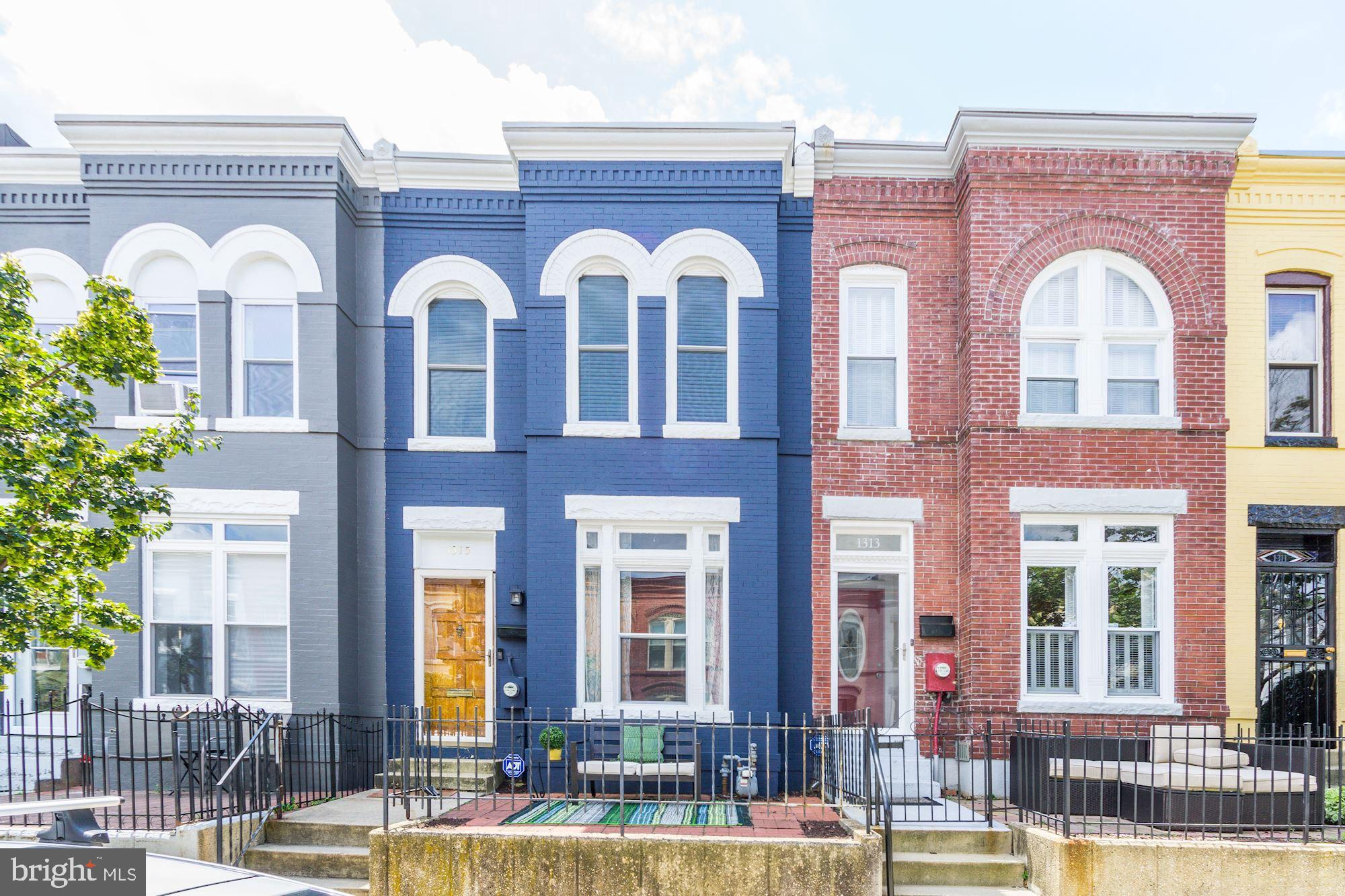 Stunning 3BR/1.5BA bay-front Victorian on charming, Historic Emerald street. Unbeatable location clo