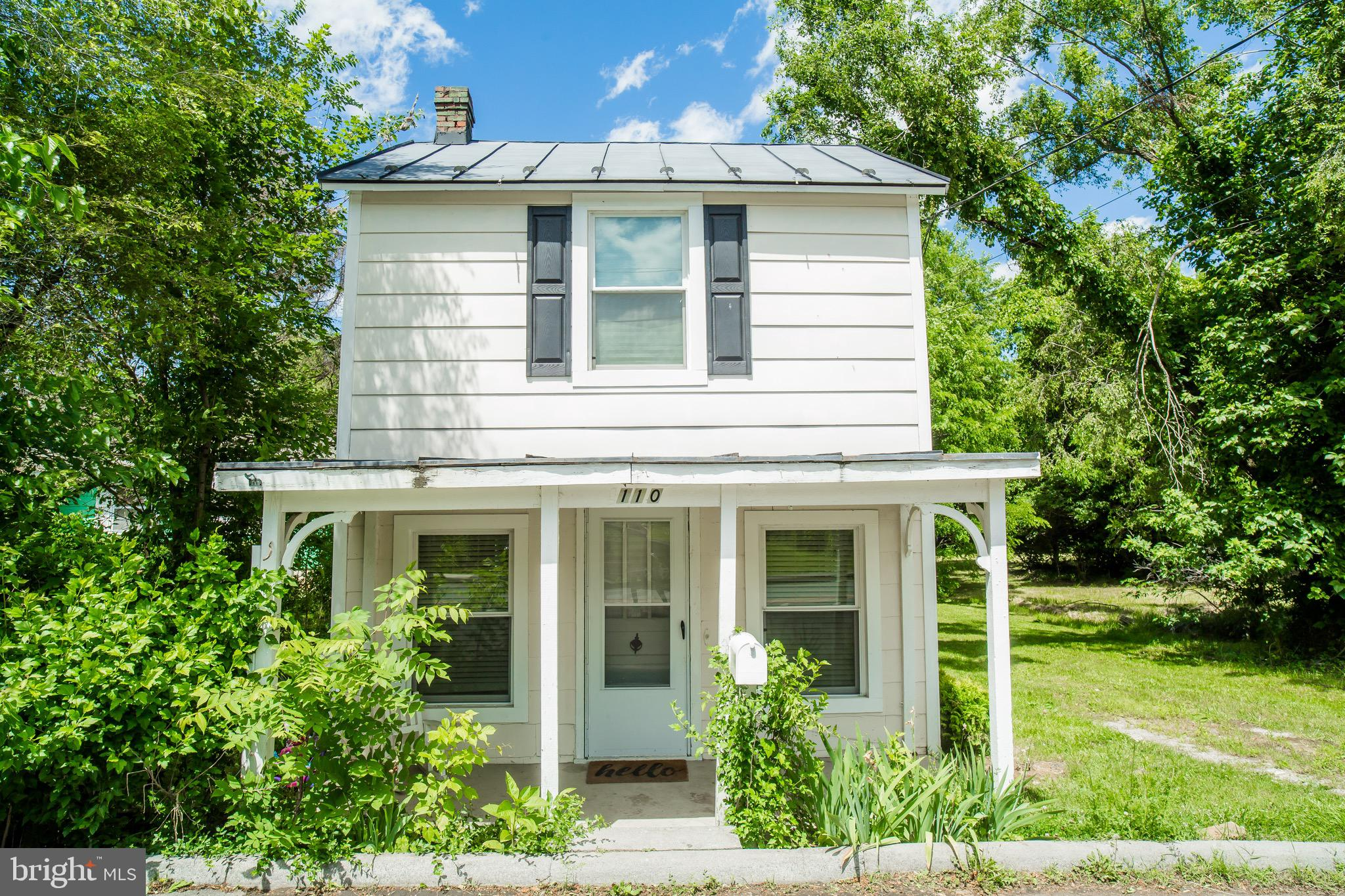 This charming cottage in Berryville is sure to please. lovely updates in kitchen and neutral paint t