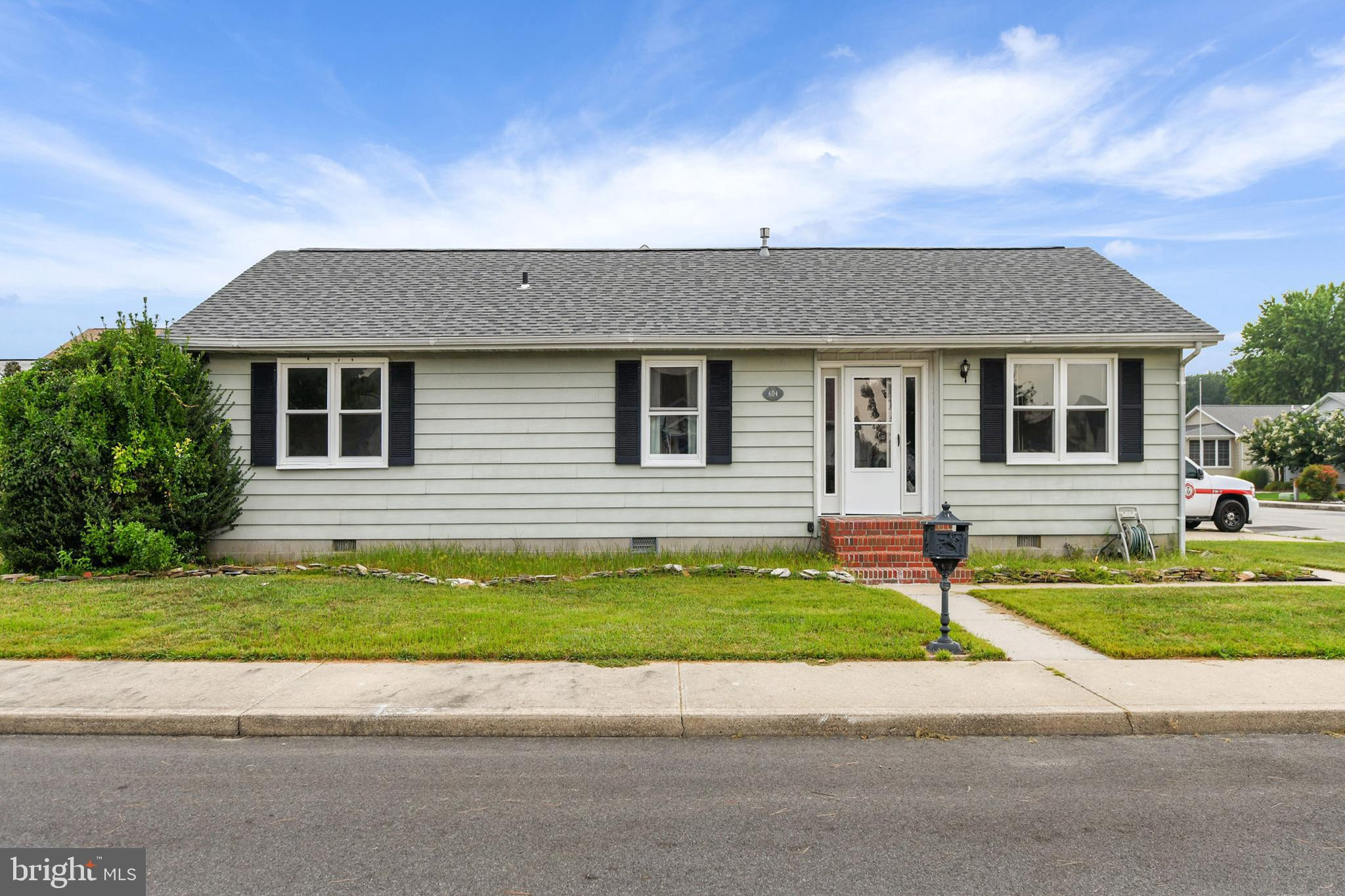 Well maintained ranch style home located on a corner lot in desirable and quiet Caine Woods. Home fe
