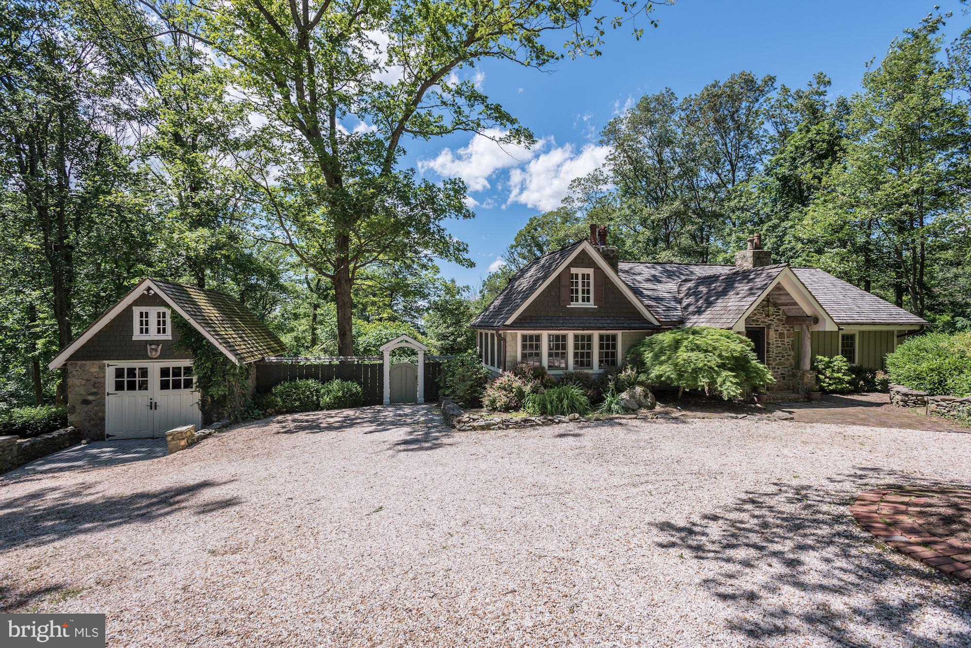 Enchanting mountain lodge with breathtaking views. Surrounded by boxwoods, towering oak trees, numer