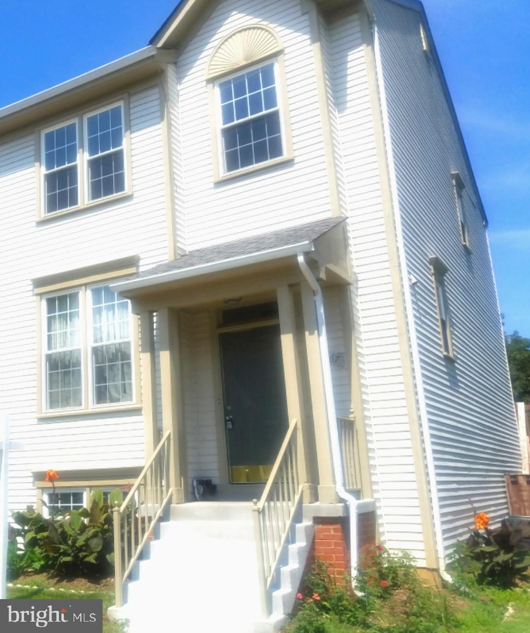 GREAT LOCATION !!Ready to move in 3 Levels, 4 bed., 3.5 Baths Nice       and bright end Townhouse un