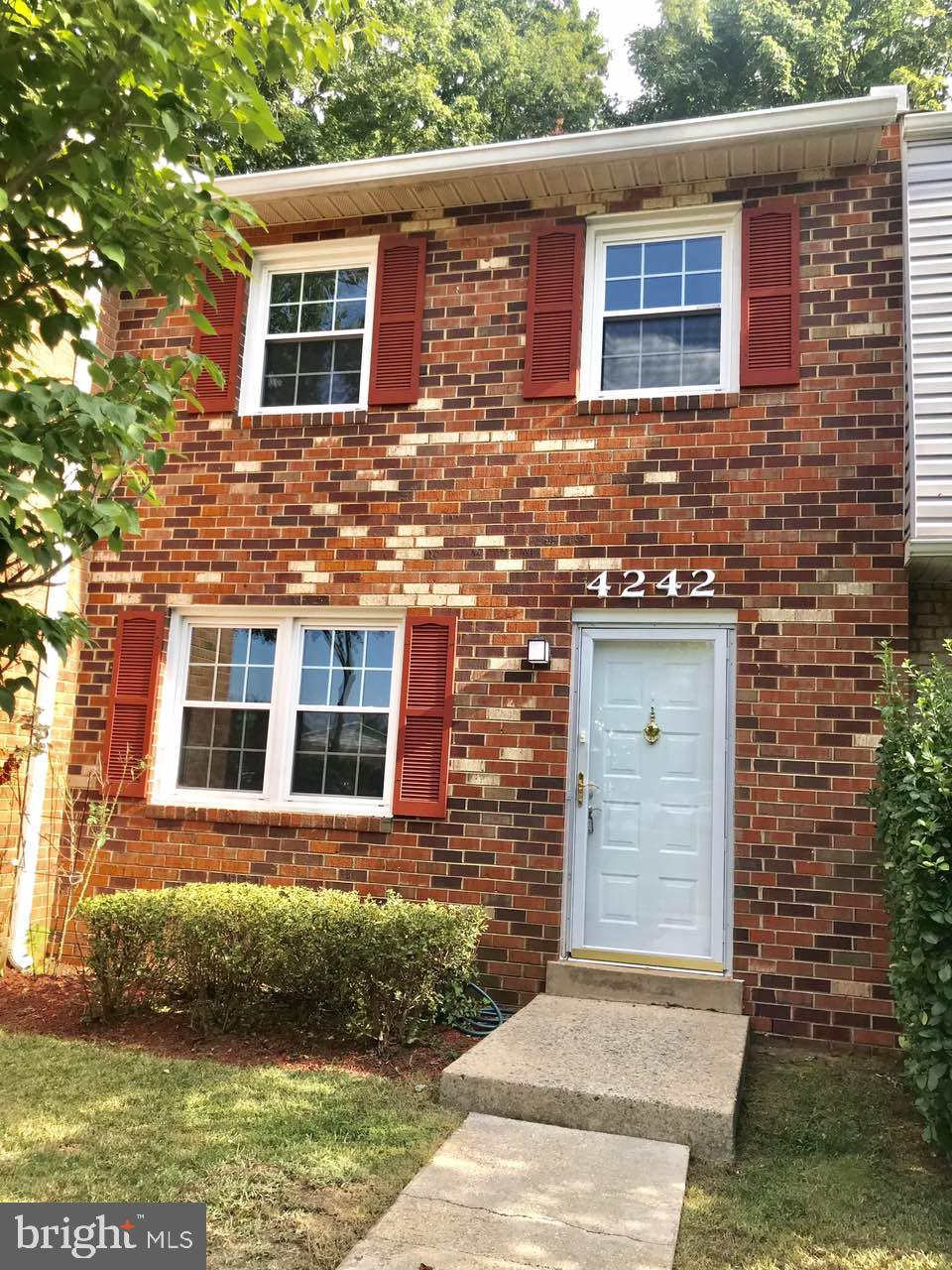 You have found a beautifully renovated townhouse with 3 bedrooms, 1 full baths, and 1 half bath. Hom