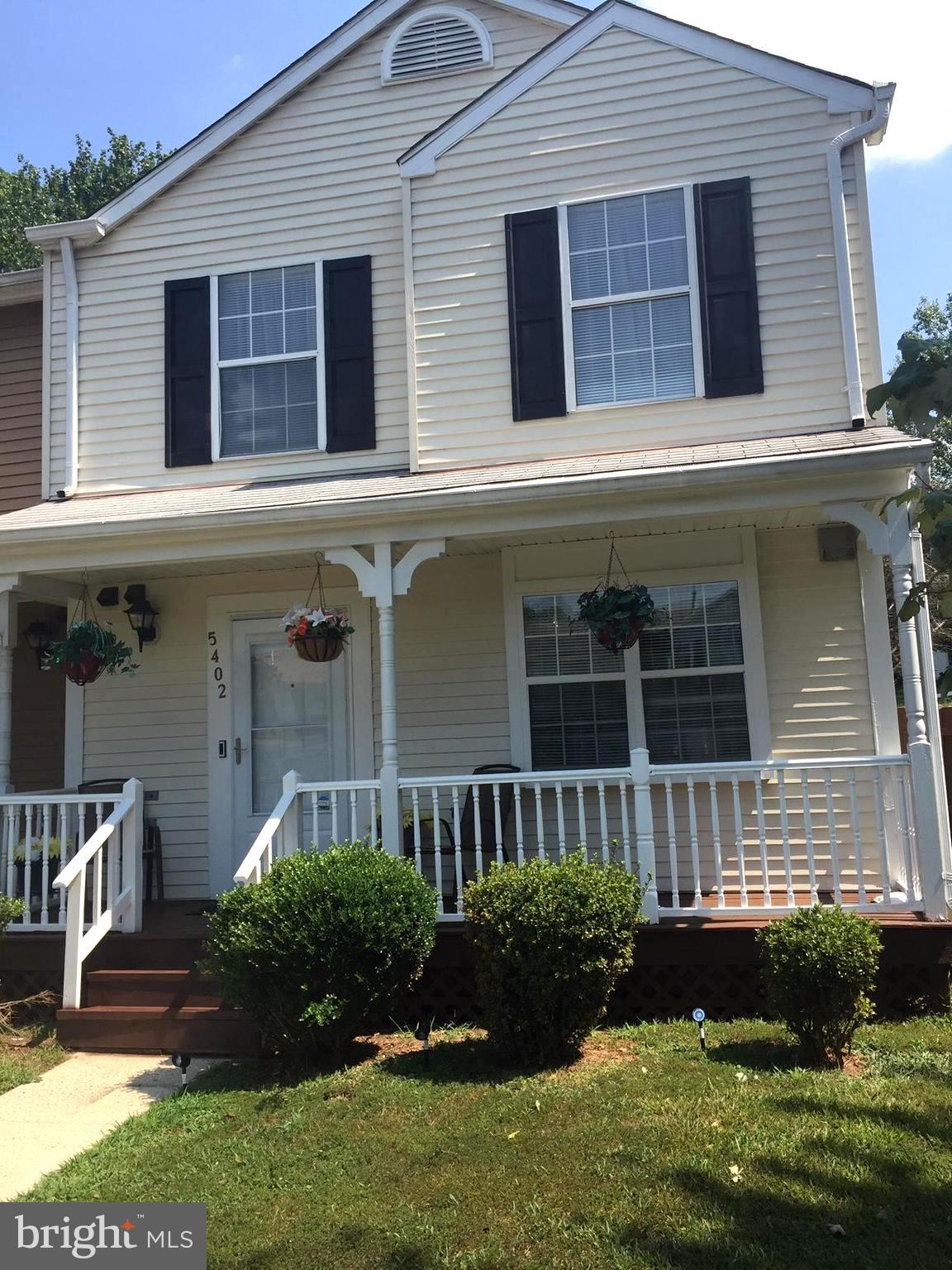 SPACIOUS END UNIT TOWNHOUSE  3BEDROOMS W/ 2 FULL BATHS W/ HALF BATH W/  LARGE PORCH W/ FENCED BACK Y
