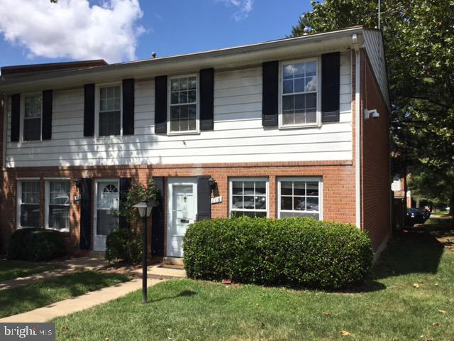 BEAUTIFUL END UNIT! NEW FLOORS, NEW CARPET, NEW COUNTERS, NEW STAINLESS STEEL APPLIANCES!!! SEPARATE