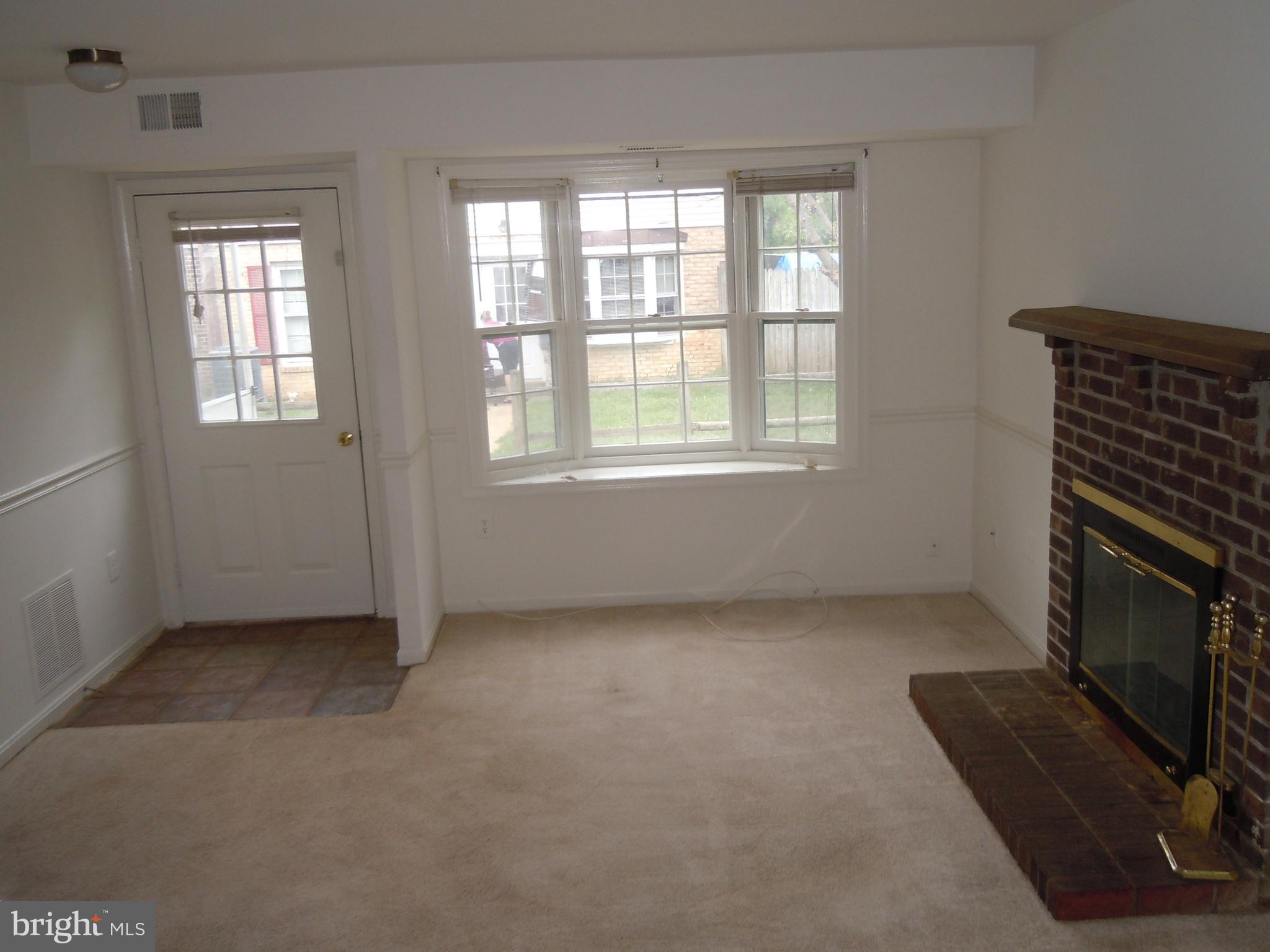 Great end unit townhouse bay window Spacious window and wood burning fireplace in living room.Spacio