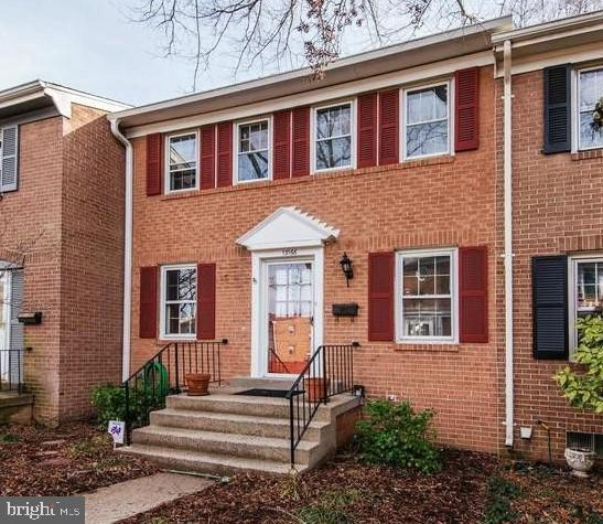 Three-level townhouse located close to VRE, bus stop, I-95, shopping center. 3 bedrooms, 3 full bath