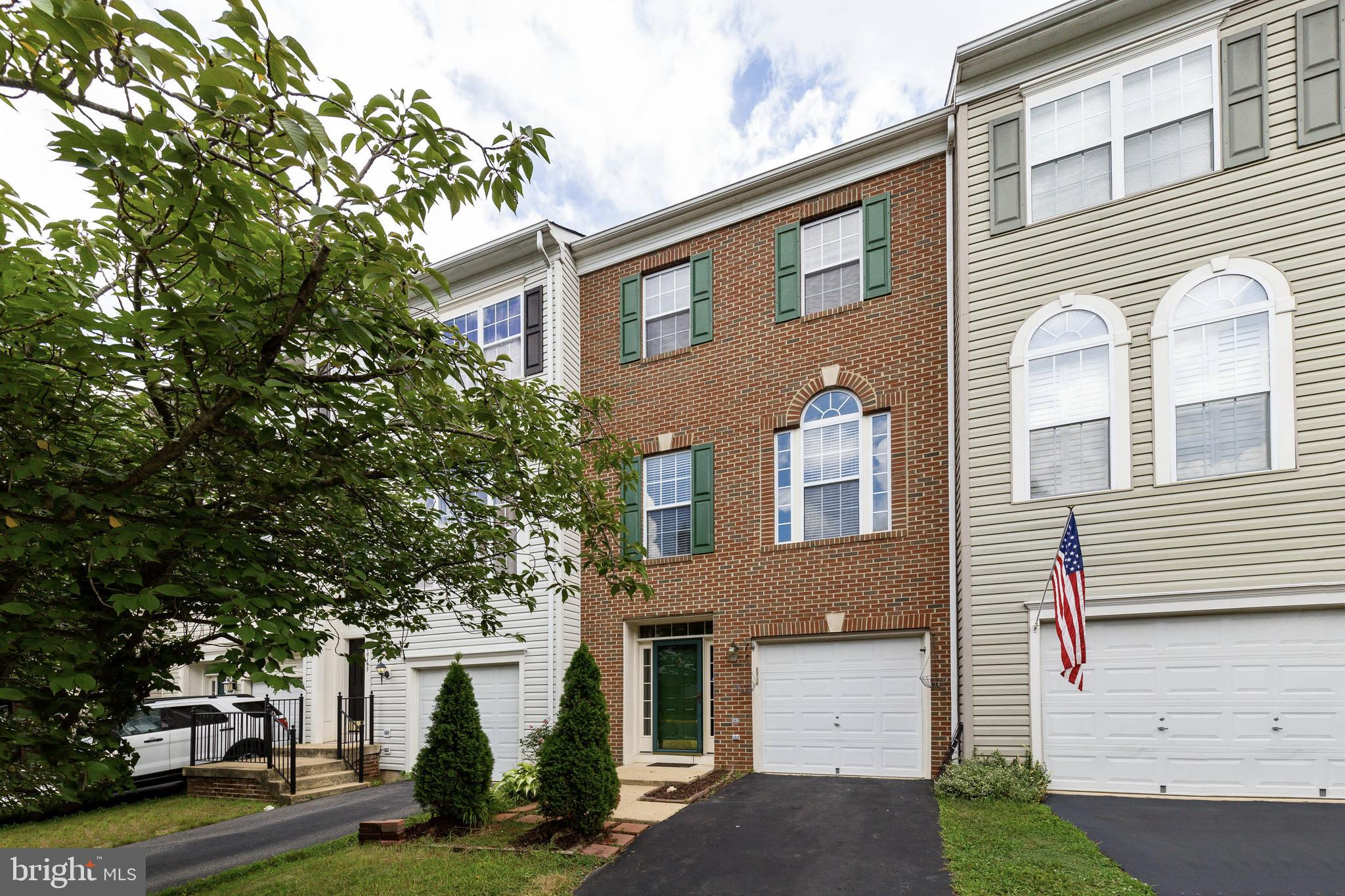 RARELY AVAILABLE TOWNHOME IN SOUGHT AFTER PLANNED COMMUNITY OF BRAEMAR.  OFFERING THE BEST OF BOTH WORLDS, PEACEFUL & QUIET SUBURBAN LIVING EASY ACCESS TO WASHINGINGTON, DC. BRAEMAR OFFERS EASY ACCESS TO 66, 28 & 29 AND PRINCE WILLIAM PARKWAY.  FOR THOSE COMMUTING TO DC, THE VIRIGNIA RAIL EXPRESS IS WITHIN 5 MINUTES & COMMUTER BUS STOPS ARE AVAILABLE THAT SHUTTLE TO THE CRYSTAL CITY, PENTAGON & DC.  NEIGHBORHOOD ZONED FOR PATRIOT HS, MARSTELLER MS & WALKING DISTANCE TO CEDAR POINT ELEMENTARY, ALL BLUE RIBBON SCHOOLS.  SPACIOUS & IMMACULATE BRICK FRONT 1-CAR GAR W/3FINISHED LEVELS*GLISTENING HARDWOOD FLOORS & FRESH PAINT*3 LEVEL BUMP-OUT*INVITING FOYER*GENEROUS REC RM LEADS TO CUSTOM REAR DECK BACKS TO WOODS*EXPANSIVE LR/DR*BRIGHT KIT W ISLAND & NEW SS APPLIANCES*SUN FILLED FR W/CROWN MOLDING*MASTER SUITE WALK IN CLOSET*LUXURY MASTER BA W/GARDEN TUB SEP SHOWER*NEAR GAINESVILLE PROMENADE, REGAL MULTIMPLEX, HYLTON PERFORMING ARTS & FREEDOM AQUATIC CENTER.