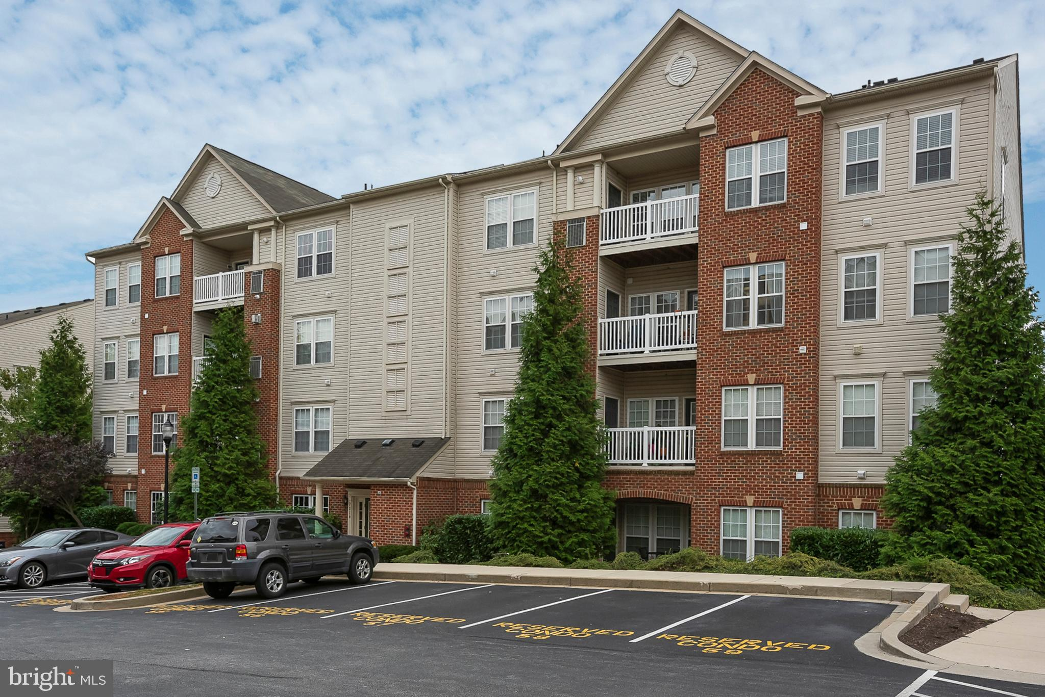 Lovely 2nd floor, 2 bedroom, 2 full bathroom unit located in the Elkridge Crossing community.  Lots