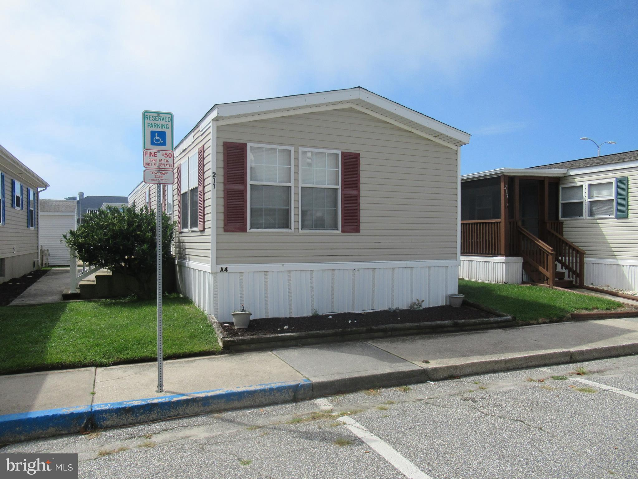 This well maintained fully furnished 2BR/1BA home is located in the Isle Of Wight Park in Ocean City