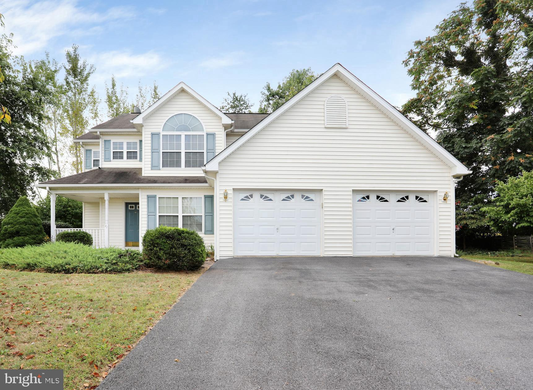 Beautiful colonial home in the Ridgefield community. Home features 3 bedrooms, 2.5 baths, large livi