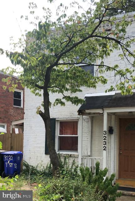 ***Location, Location, Location*** Needs full remodeling. Excellent opportunity for investors or to call it home after remodeling. Price to sell quickly! Plenty room for expansion.